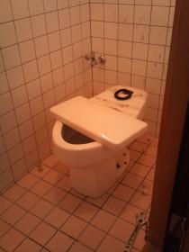 旧トイレの取外し中