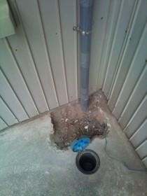 コンクリートを割り、配管を取直しです