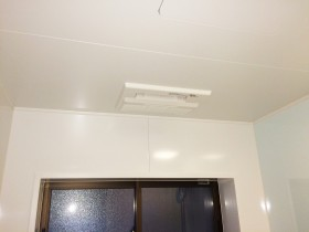 取替え後の浴室暖房乾燥機<br /> フラットタイプなので目立ちません。
