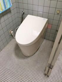 TOTOのタンクレストイレ<br /> 除菌水洗浄機能付きです