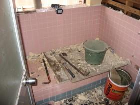 解体中のタイル風呂