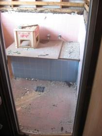 解体中のタイルの浴室