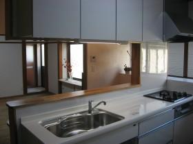 カウンターを設置した新しいキッチン