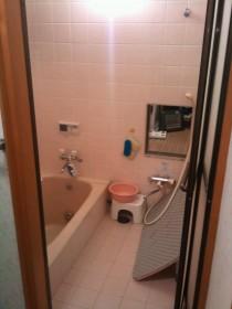 解体前のタイルのバスルーム